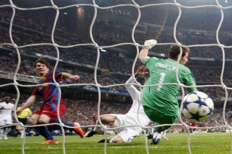 Messi, en el momento de batir a Casillas por primera vez. | Foto: AFP