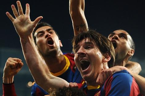 Alegría desbordante de Messi y sus compañeros tras el gol.   Afp