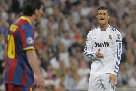 Cristiano se lamenta ante Messi, el pasado miércoles en el Bernabéu. (Foto: Ap)