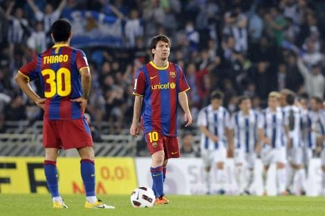 Thiago y Messi tras el segundo tanto de la Real. | Afp