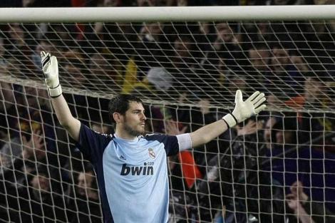 Casillas protesta una decisión arbitral. (EFE)