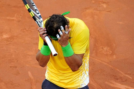 Rafa Nadal se lamenta durante el partido ante Djokovic.   Afp