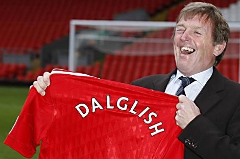 Kenny Dalglish, feliz, en el día de su presentación como entrenador.   Ap