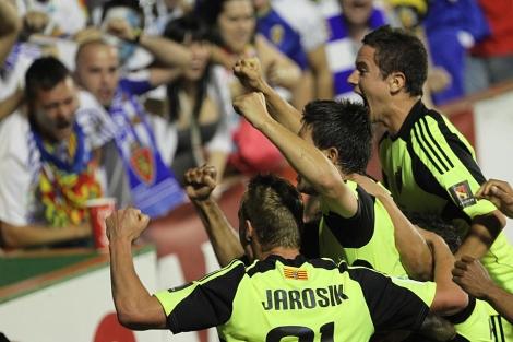 Los jugadores del Zaragoza celebran un gol con sus aficionados en el Ciutat de Valencia. | Efe