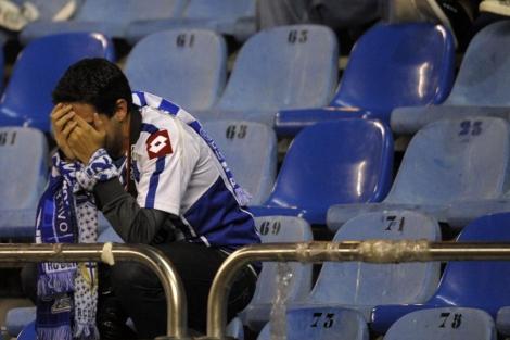 Un aficionado del Dépor se lamenta (Foto: AFP).