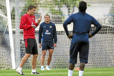 Djukic dando instrucciones durante un entrenamiento a Drenthe y Valdez.   Ernesto Caparrós