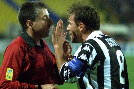 Antonio Conte protesta a un arbitro cuando era futbolista. | (ELMUNDO)