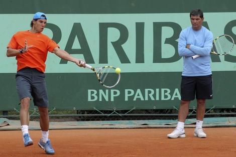 Rafael Nadal bajo la atenta mirada de su entrenador, Toni Nadal. | (AP)
