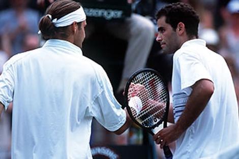 Sampras felicita a Federer tras caer ante él en Wimbledon 2001.