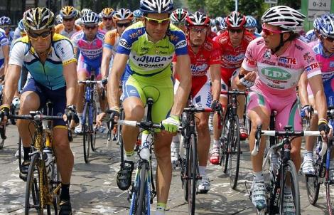 De izquierda a derecha, Lance Armstrong, Ivan Basso (C) y Danilo Di Luca en el Giro de 2009. (EFE)