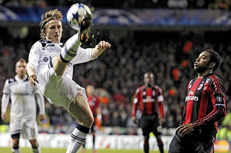 Luka Modric controla un balón ante Robinho en un partido de Champions. | Efe