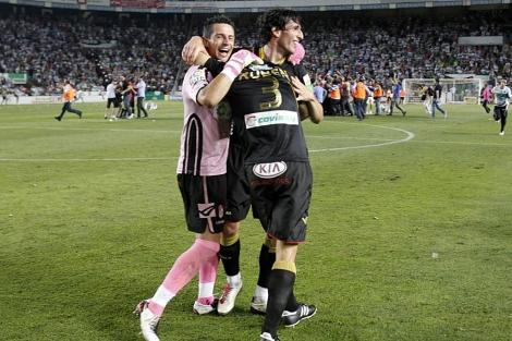 Los jugadores del Granada celebran el ascenso. (Foto: Ernesto Caparrós)