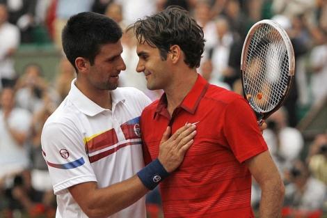 Djokovic y Federer dialogan después del partido de Roland Garros. | Efe