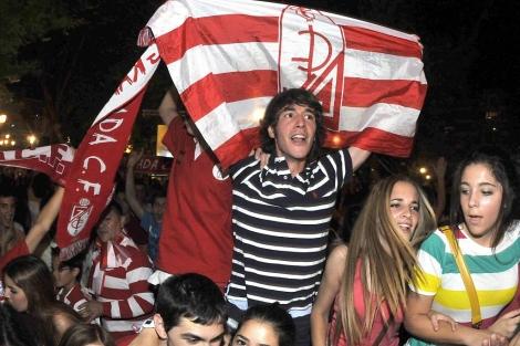 Aficionados del Granada celebran el ascenso a Primera División.   Efe