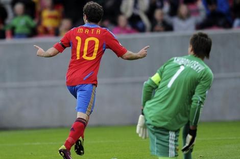 Mata celebra su primer gol de espaldas al portero Kanibolotovski. | Afp