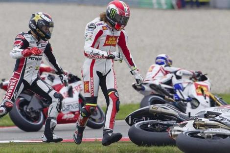 Simoncelli y Lorenzo, tras la caída. (AFP)