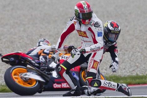 Simoncelli y Lorenzo intentan volver a la pista en Assen. | Reuters