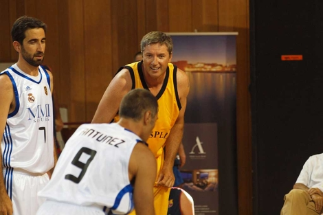 Kukoc observa con una sonrisa un tiro libre de Antúnez. (ELMUNDO)