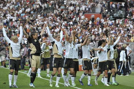 Las jugadoras alemanas celebran la victoria conseguida en el primer partido del Mundial.   Efe