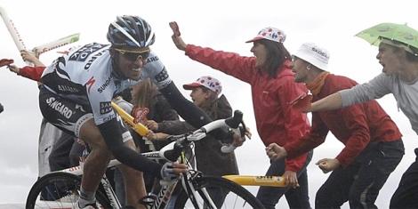 Contador y Samuel Sánchez cruzan la meta de Gap. | Ap