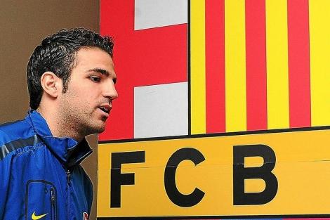 Cesc, ante el escudo del Arsenal. (EFE)
