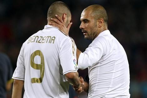 Guardiola habla con Benzema durante el partido.   Reuters