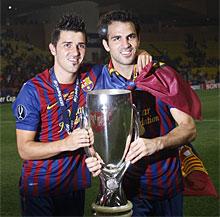 Cesc, junto a Villa, con una bandera del Barça. | Reuters