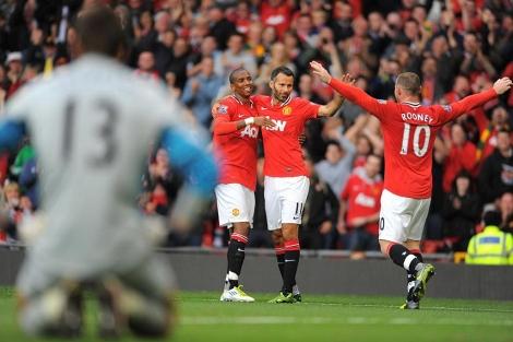 Rooney, Giggs y Young celebran uno de los goles ante un abatido Szczesny. (Foto: Afp)