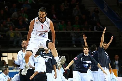Navarro celebra uno de sus triples ante Macedonia.   Foto: FIBA