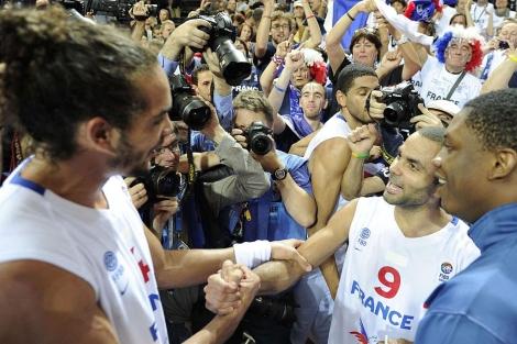 Joakim Noah y Tony Parker, al final del encuentro de semifinales. | Afp