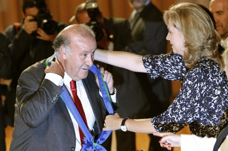 La Infanta Cristina entrega a Del Bosque la condecoración. | Efe