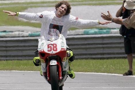 Simoncelli celebra el título logrado en 2008 en Sepang. | Ap