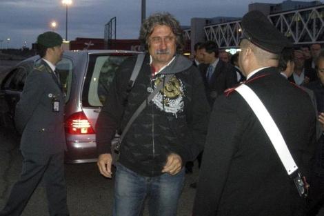 Paolo Simoncelli, a la llegada del cuerpo de su hijo a Roma. | Efe