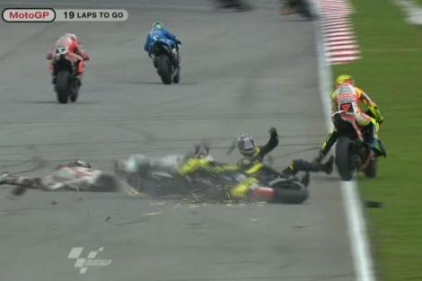 Edwards (2º por la derecha) sobre el asfalto en el accidente que le costó la vida a Simoncelli. | Ap