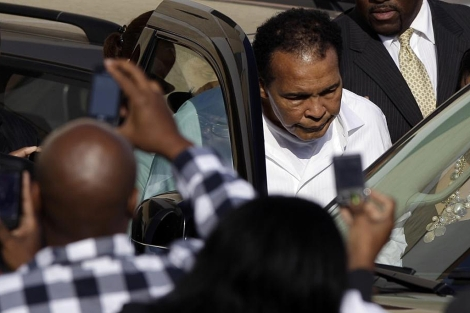 Muhammad Ali, en el momento de abandonar el funeral de Joe Frazier. (EFE)