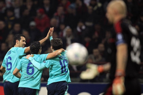 Busquets, Xavi y Messi celebran el tercer gol. Abbiati, resignado. | Reuters