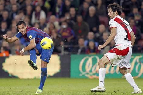 Alexis ejecuta el disparo del primer gol, ante el marcaje de Arribas.   Efe