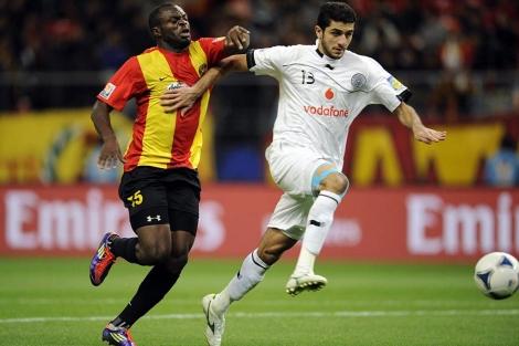 Ibrahim Abdulmajed (d) del equipo catarí, lucha por el balón con Yannick Ndjeng  EFE