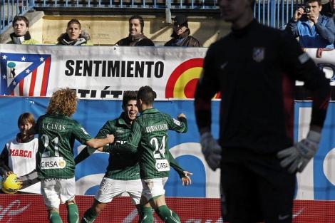 Los jugadores del Betis celebran el gol de Pozuelo ante Courtois. (EFE)