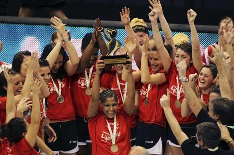 Mangué, con el trofeo del tercer puesto, entre la euforia de sus compañeras. (Foto: Reuters)