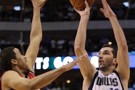 Stojakovic lanza ante Andre Miller, durante un Dallas-Portland. (Foto: Ap)