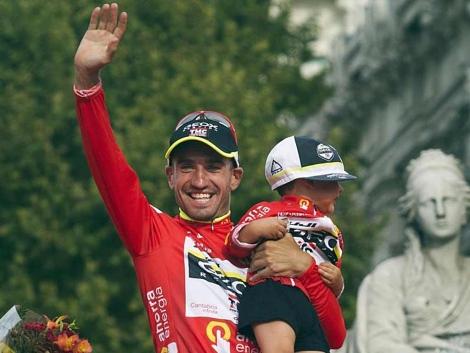 Juan José Cobo, con su sobrino, en el podio final de la Vuelta 2011.   Efe