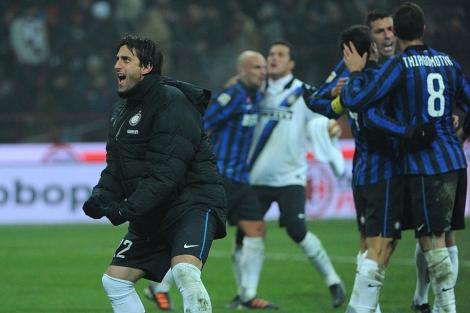 Celebran los jugadores del Inter con Milito a la cabeza su triunfo frente al Milan.  