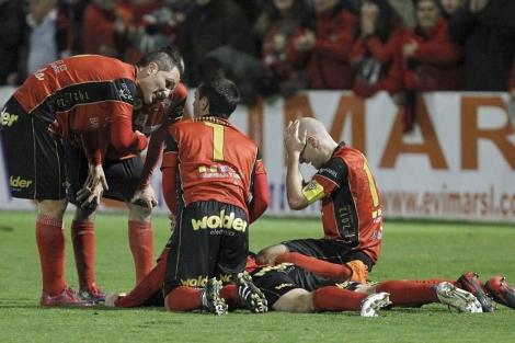 Los jugadores del Mirandés celebran la victoria. | Efe