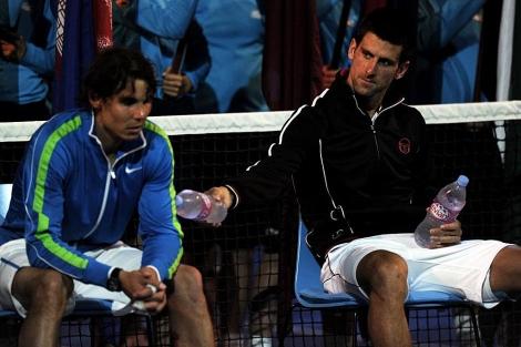 Djokovic ofrece agua a Nadal tras el triunfo del serbio. | Afp