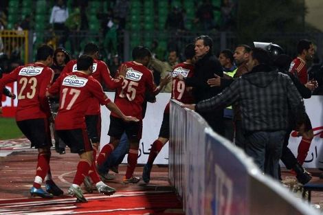 Los futbolistas del Al Ahli abandonan el césped del Port Said Stadium tras los incidentes. (Afp)
