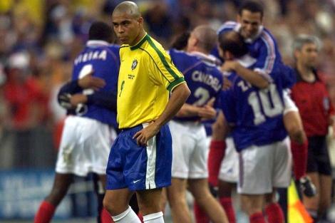 Ronaldo, decepcionado tras la victoria francesa en el Mundial de 1998. Reuters