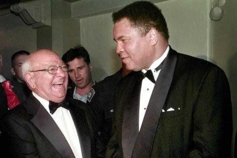 Angelo Dundee, junto a Ali en la entrega de premios de 1999 de la Florida Sports Foundation Legends. (AP)