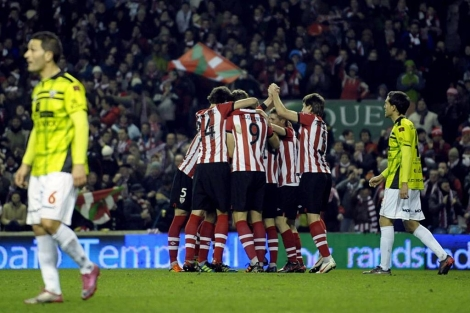 Los jugadores del Athletic celebran el segundo gol en San Mamés. (Foto: Reuters)