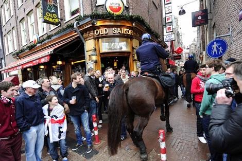 La policía patrulla por el centro de Ámsterdam, controlando a los hinchas | EFE